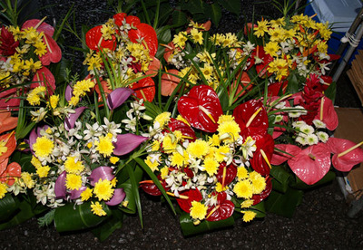 Buckets_of_flowers_at_hilo_farmer_2